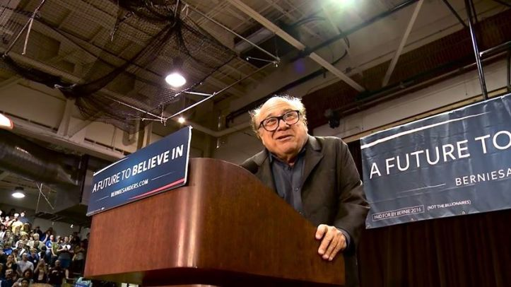 img-danny-devito-introduces-bernie-sanders-in-st-louis-917