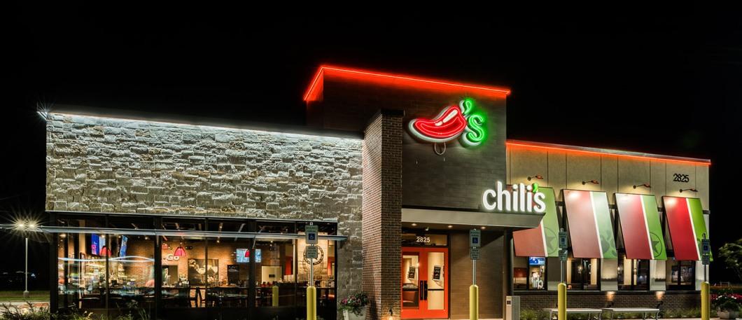 chilis-storefront-nighttime-hero